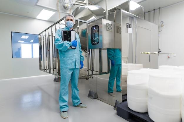 De medische arbeider controleert de lezingen van controlebord Premium Foto