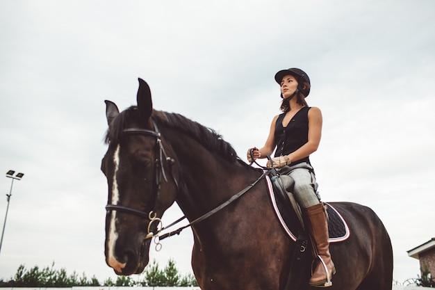 De meisjes rijden op paarden Gratis Foto