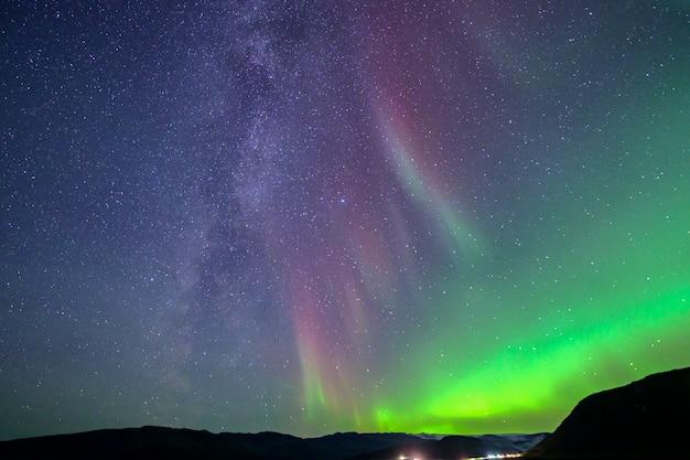 De melkweg die bij het noorderlicht hoort. dat is een zeldzaam fenomeen in ijsland Premium Foto