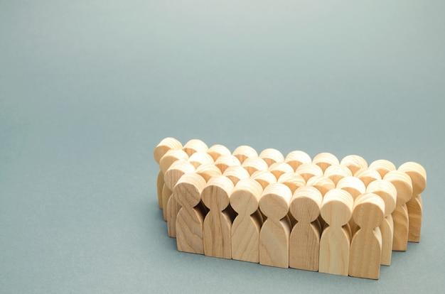 De menigte houten figuren van mensen. Premium Foto