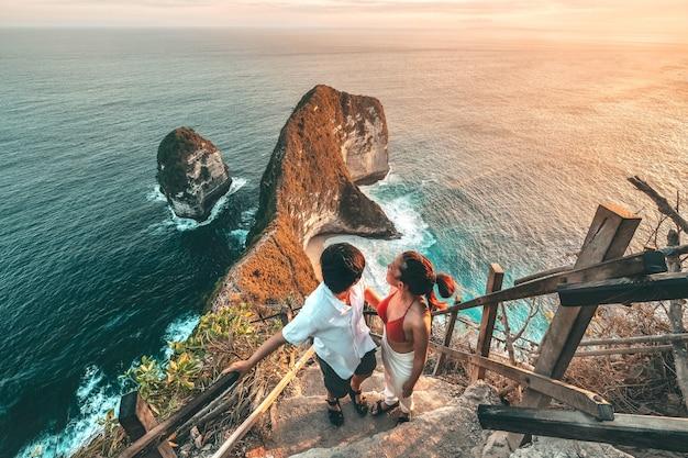De mening van de paarreis van landschap met kelingking-strand, het eiland bali, indonesië van nusa penida Premium Foto