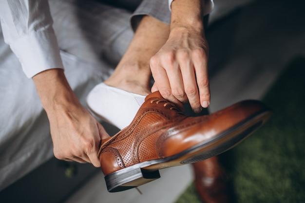 De mens draagt binnenshuis schoenen. Premium Foto