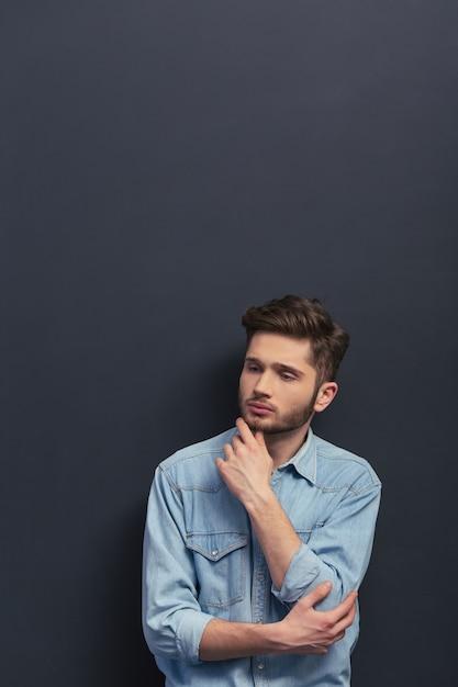 De mens houdt kin vast en denkt na. Premium Foto