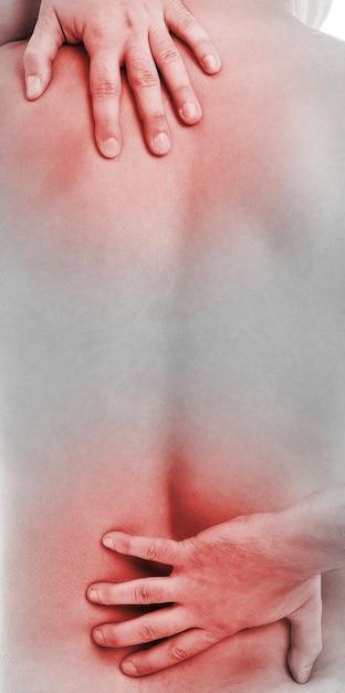 De mens houdt zijn rug vast vanwege pijn Gratis Foto