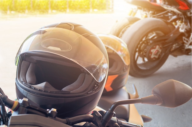 De mens in een motorfiets met helm en handschoenen is een belangrijke beschermende kleding voor motorbediening met gasklep met zonlicht. Premium Foto