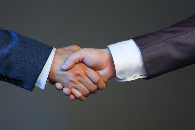 De mens in kostuum schudt hand als hallo infice Premium Foto