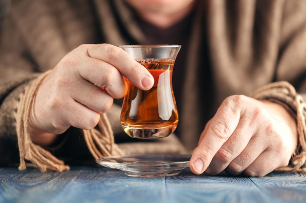 De mens in sweater drinkt hete thee Premium Foto