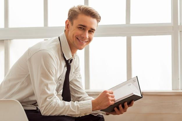 De mens kijkt in de camera en leest. Premium Foto