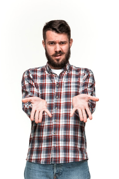 De mens kijkt kropper. over witte muur Gratis Foto