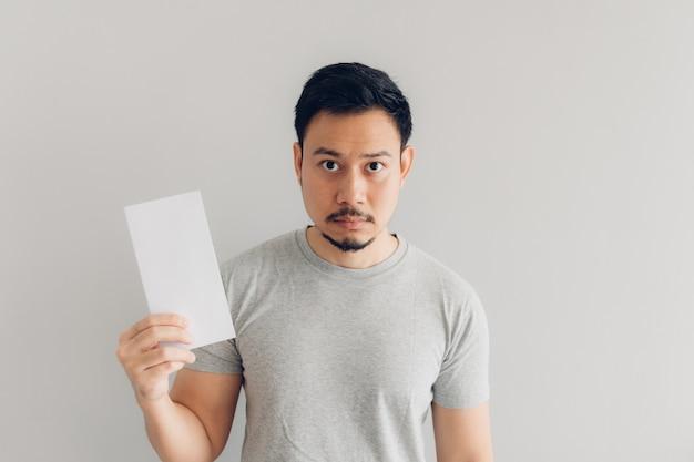 De mens leest het witte postbericht of de rekening. Premium Foto