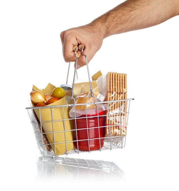 De mens neemt de winkelmand met voedsel Premium Foto
