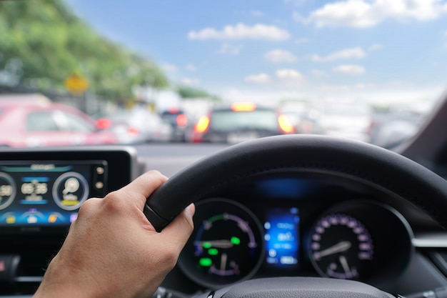 De mens overhandigt bestuurder op stuurwiel van een moderne auto Premium Foto