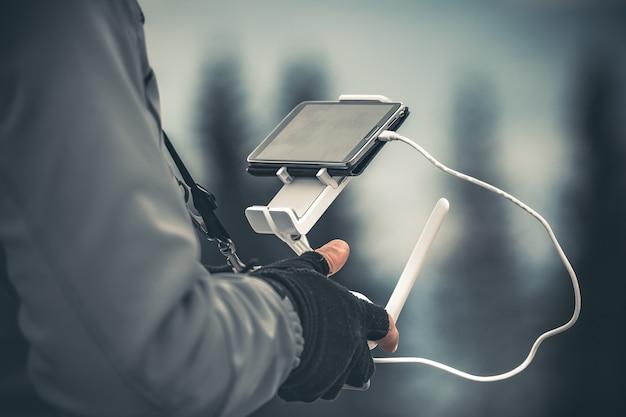 De mens overhandigt dicht het in werking stellen van een hommel Premium Foto