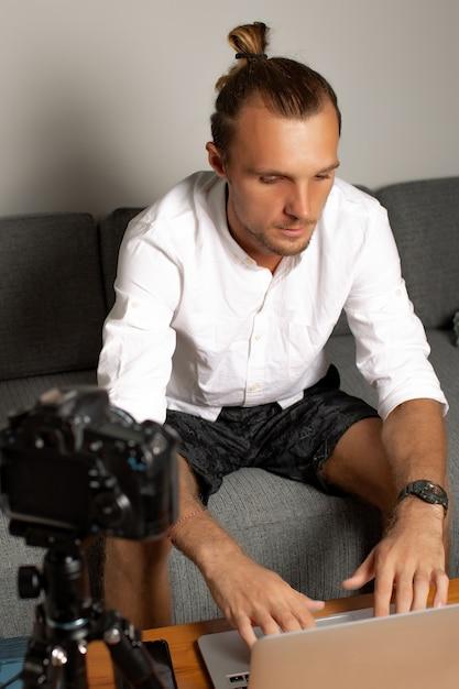 De mens werkt thuis. hoge kwaliteit foto Gratis Foto