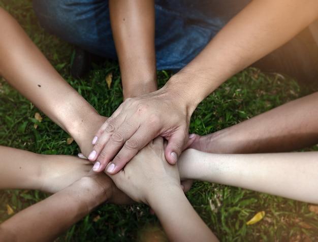 De menselijke handen op elkaar gestapeld, teken en symbool van macht Premium Foto