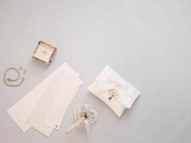 De minimale vlakte legt met huwelijkstoebehoren op lichte achtergrond. Premium Foto
