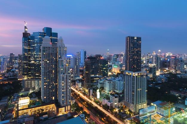De moderne bouw in bedrijfsdistrict van bangkok bij de stad van bangkok met horizon bij schemering, thailand. Premium Foto