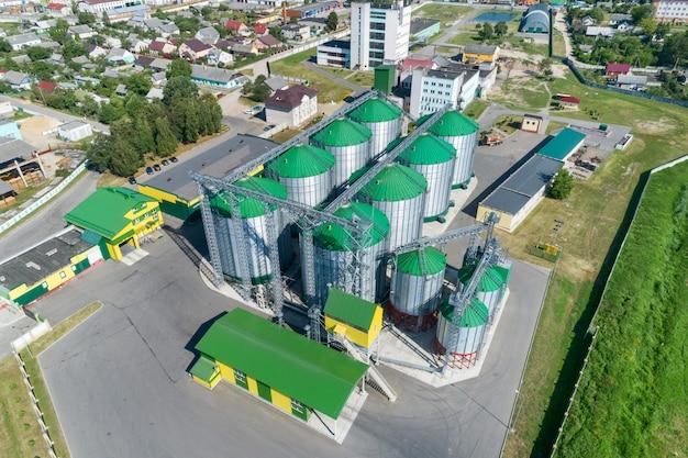 De moderne graanschuur. metalen silo's met groene daken. Premium Foto