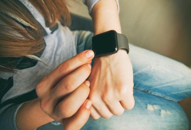 De moderne slimme horloges aan de hand van de vrouw Premium Foto