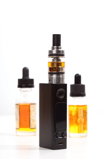 De modernste elektronische sigaret over witte achtergrond. vape. damp. Premium Foto