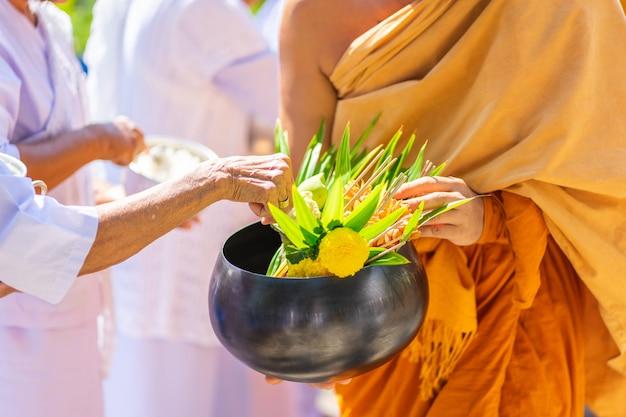 De monniken van de boeddhistische sangha (geef aalmoes aan een boeddhistische monnik), Premium Foto