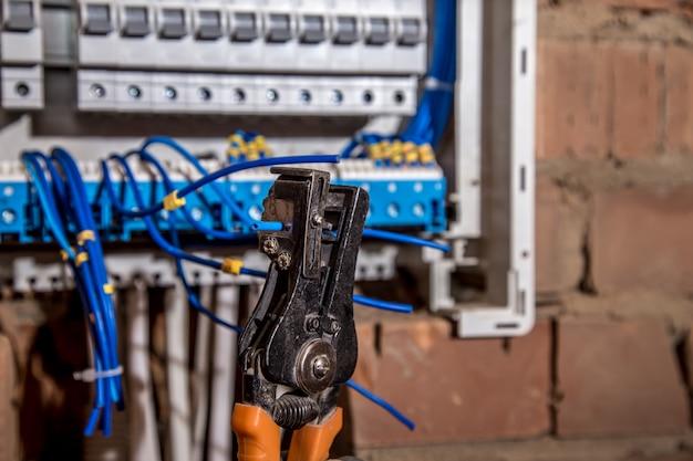 De montage van het elektrische paneel, het werk van een elektricien, een robot met draden en stroomonderbrekers Gratis Foto