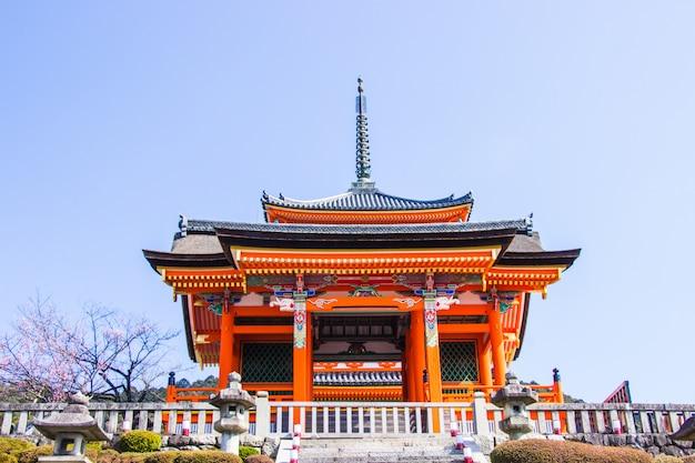De mooie architectuur binnen tempel kiyomizu-dera tijdens de tijd van de kersenbloesem gaat in kyoto, japan bloeien. Premium Foto