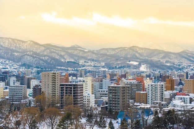 De mooie architectuurbouw met berglandschap in wintertijd in zonsondergangtijd Gratis Foto