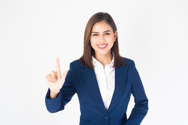 De mooie bedrijfsvrouw in blauwe kostuum raakt het virtuele scherm op witte achtergrond Premium Foto