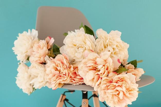 De mooie bloemen op stoel sluiten omhoog Gratis Foto