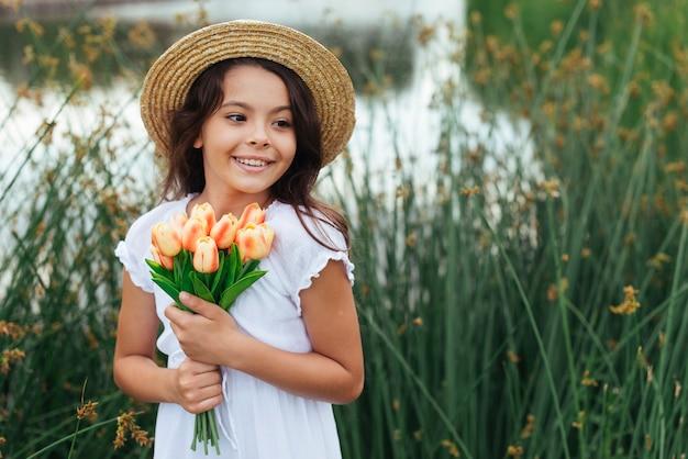 De mooie bloemen van de meisjesholding door het meer Gratis Foto
