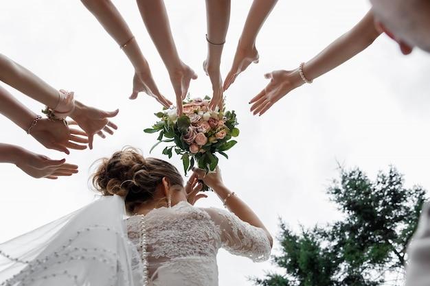 De mooie bruid houdt een huwelijks kleurrijk boeket Premium Foto