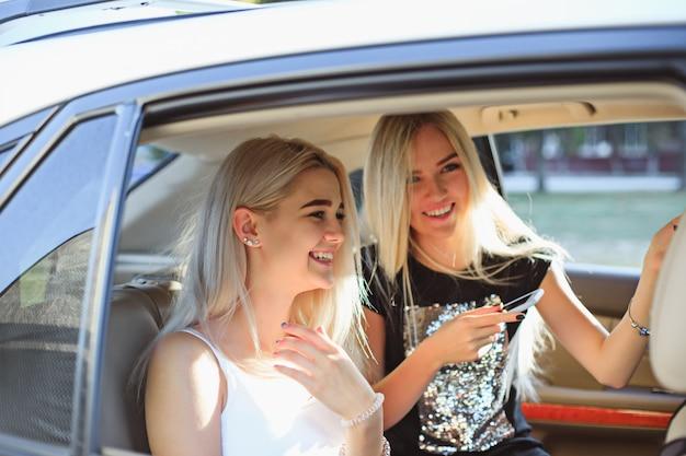 De mooie europese tienermeisjes in de auto lachen Gratis Foto