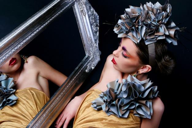 De mooie jonge vrouw met creatief maakt omhoog Gratis Foto