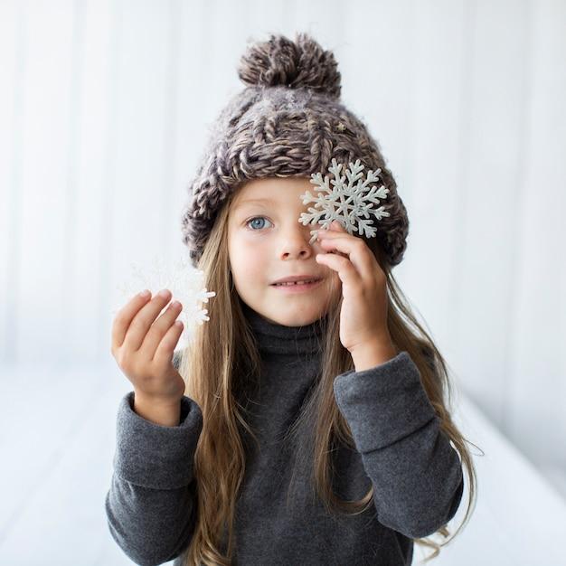 De mooie sneeuwvlokken van de meisjeholding Gratis Foto