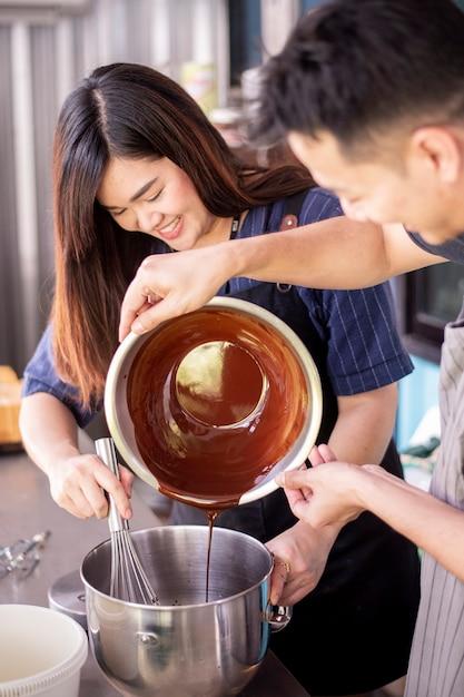 De mooie vrouw maakt bakkerij Premium Foto