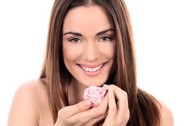 De mooie vrouw met roze nam op witte achtergrond toe Gratis Foto
