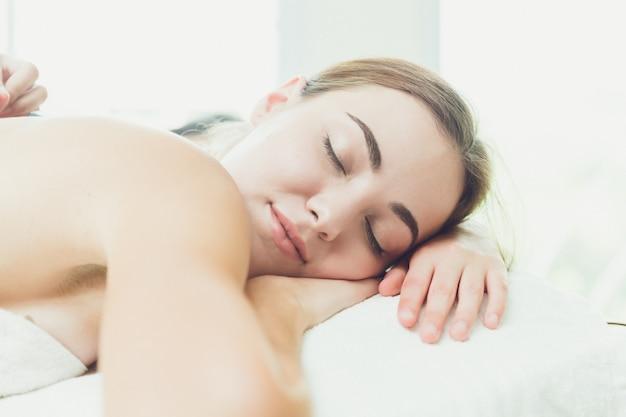 De mooie vrouwenslaap in kuuroordruimte ontspant en comfortabel Premium Foto