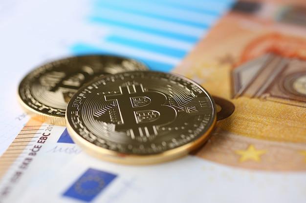 De munt van crypto valuta bitcoin tegen euro bankbiljet onderwerp goudwisselpiramide voor geld in verband met de groei of valutakoersclose-up. Premium Foto