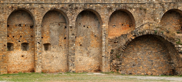 De muur van het kasteelfort in ainsa-dorp aragon de pyreneeën Premium Foto