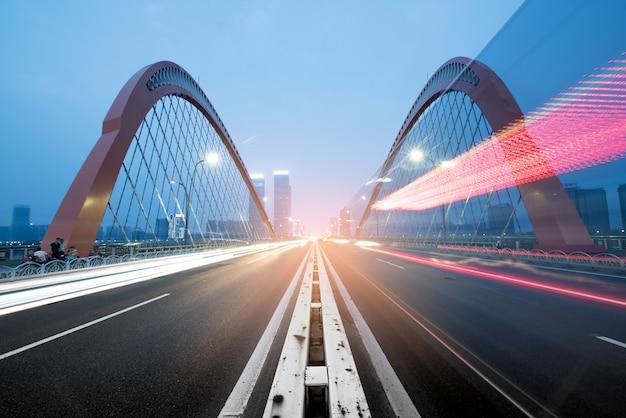 De nacht van moderne brug, Premium Foto