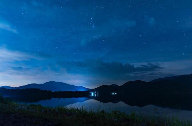 De nachthemel van het landschap over het meer Premium Foto