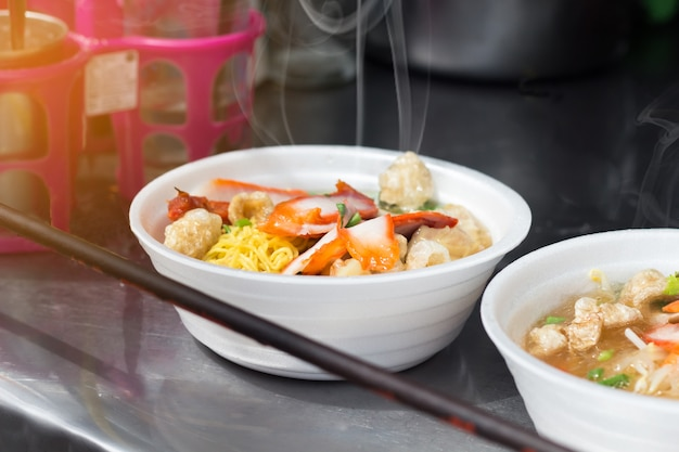 De noedelsoep in boogschuim één van straatvoedsel is populair toeristen snel voedsel, thailand Premium Foto