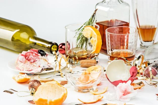 De ochtend na kerstdag tafel met alcohol en restjes Gratis Foto