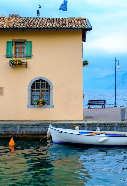 De oever van het gardameer. italië. Premium Foto