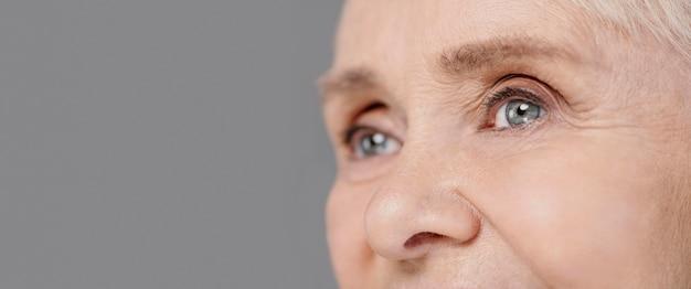 De ogen van de close-up oude vrouw Gratis Foto