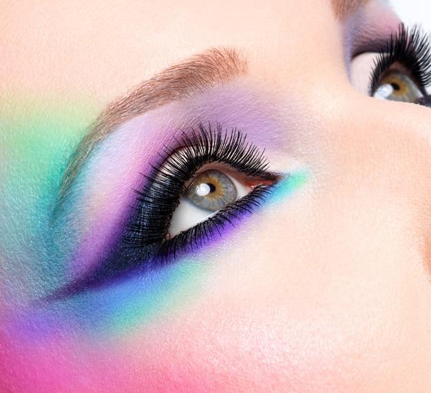 De ogen van de close-upvrouw met mooie manier heldere blauwe make-up Gratis Foto
