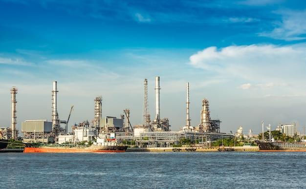 De olieraffinaderij aan de rivier overdag Premium Foto