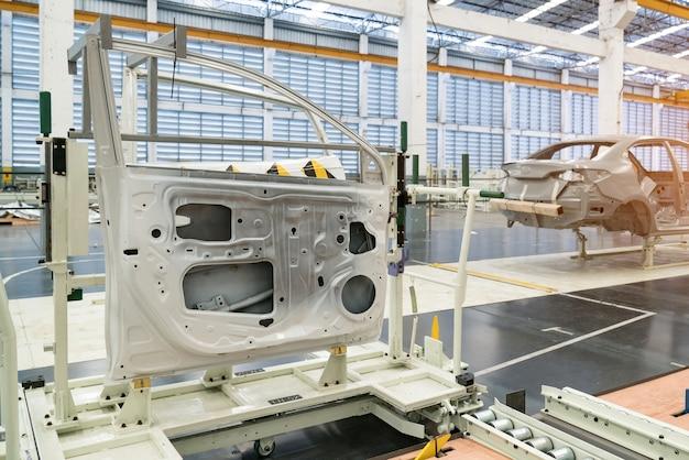 De onderdelen (deuren) van de gesimuleerde lijndeur zijn voorbereid voor installatie in een autofabriek. Premium Foto