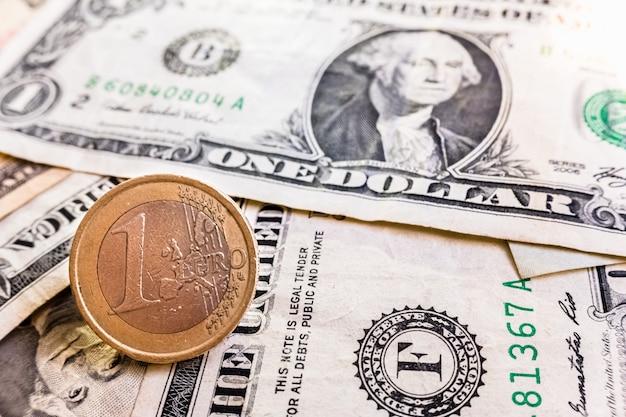 De oorlog van internationale tarieven bereikt de europese markt, euromuntachtergrond tegen de dollar. Premium Foto